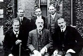 Sigmund Freud, Stanley Hall und Carl Gustav Jung sitzen vor der Clark-Universität (Worcester, Massachusetts)