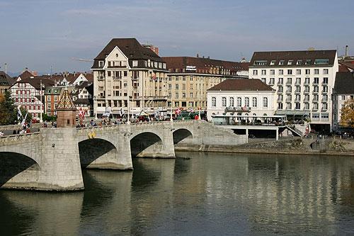 Basel, Mittlere Brücke über den Rhein, auf der rechten Seite Hotel Merian