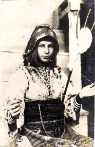 Spinnerin in Balkantracht (Postkarte um 1916)